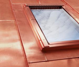 Montáž střešního okna do plechové střechy